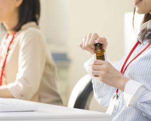 エナジードリンクを飲む女性