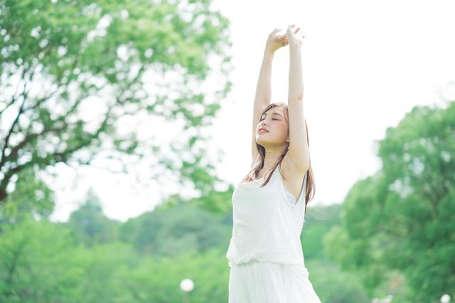 背伸びをする女性