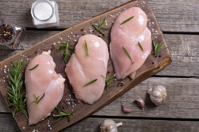 サラダチキンの原料である鶏むね肉