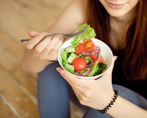 健康のためサラダを食べる