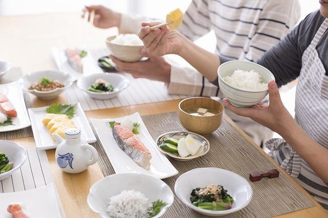 魚を食べる食卓