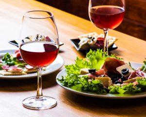 ワインとサラダ