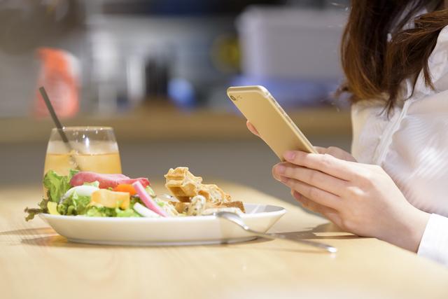 スマホを見ながら食事をするのは避ける