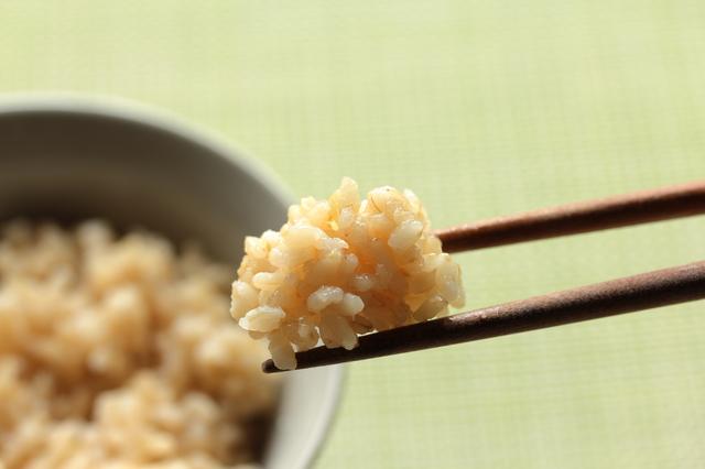 玄米はよく噛んで食べる