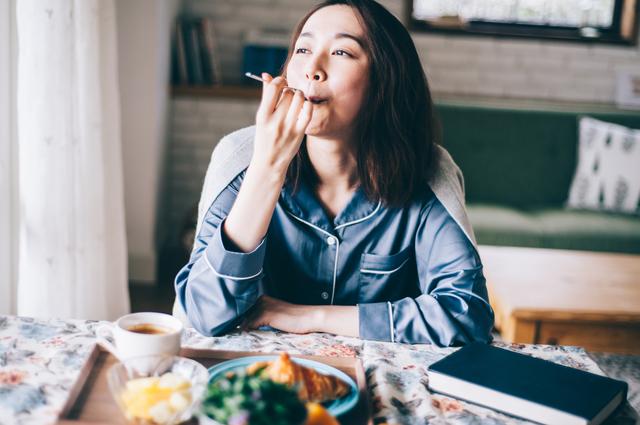 楽しく食べる女性