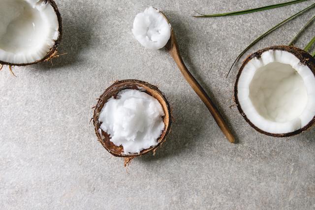 ココナッツオイルとスプーン