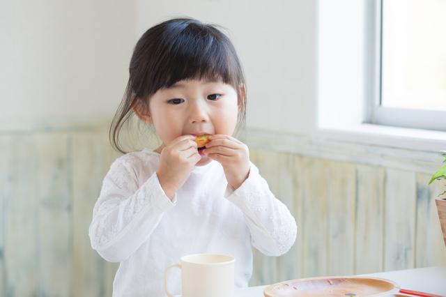 おやつを食べる子ども