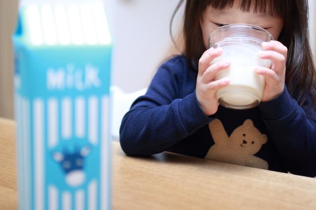牛乳を飲む子ども