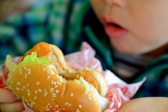 ファストフードを食べる子ども