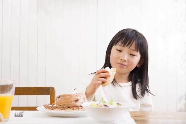 朝ごはんを食べる子ども