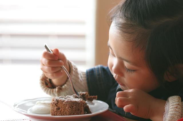 チョコレートケーキを食べる子ども